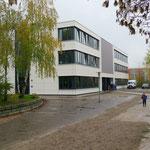 2. November: Auf dem Gelände der Schule am Rosenhain (Klingenthaler Straße 32) wird ein neues Gebäude feierlich eröffnet.
