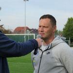 """Im Gespräch mit den Hertha-Stadionsprechern Udo Knieriem und Fabian von Wachsmann erinnert sich Coach Pál Dárdai daran, schon einmal mit einer Jugendmannschaft von Hertha """"Am Rosenhag"""" gespielt zu haben."""