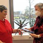 Auch Gisela Peter vom Förderverein der Peter-Weiss-Bibliothek wird diese hohe Auszeichnung zuteil. © BA Marzahn-Hellersdorf