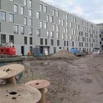 27. Februar: Die Senatsverwaltung für Stadtentwicklung und Wohnen teilt mit, dass für die modulare Flüchtlingsunterkunft im Murtzaner Ring 68 die bauvorbereitenden Maßnahmen begonnen haben. Inzwischen steht schon der Rohbau (Foto).