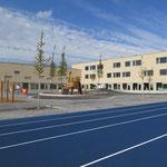 ... in Amtshilfe für den Bezirk errichtet und ist die erste neu gebaute Schule in Marzahn-Hellersdorf seit 15 Jahren. Erste Planungen für die Biesdorfer Schule gab es bereits 1998.