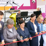 5. August: Mit Reden, Danksagungen, einer symbolischen Schlüsselübergabe und einer Runde Eis für alle Schüler*innen wird in Mahlsdorf die neue Integrierte Sekundarschule (ISS) feierlich eröffnet.