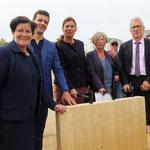 Mit Sandra Scheeres, Katrin Lompscher und Matthias Kollatz sind gleich drei Senatoren dabei, als in Mahlsdorf (An der Schule 41-59) der Grundstein für die neue Oberschule gelegt wird. Das Vorhaben ist der allererste Neubau der Berliner Schulbauoffensive.