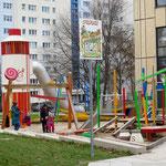 """4. Juni: An der Jugendfreizeiteinrichtung """"Fair"""" nehmen Kinder den neuen Spielplatz in Besitz. Gestaltet wurde das Tobeparadies zum Thema Essen nach den Wünschen und Ideen der jungen Nutzer*innen. Kosten: 370.000 Euro"""