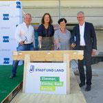 Ebenfalls im Mai feiert die STADT UND LAND Richtfest für zwei Bauprojekte: An der Zossener Straße entstehen in zwei Stadtvillen und zwei klassisch gehaltenen, u-förmig angelegten Sechsgeschossern 215 Wohnungen.