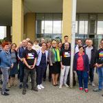 9. Juli: Gemeinsam mit verschiedenen Akteuer*innen aus dem Bezirk hisst Bezirksbürgermeisterin Dagmar Pohle die Regenbogenflagge vor dem Rathaus in Helle Mitte.