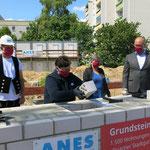 Dafür nimmt die landeseigene Wohnungsbaugesellschaft etwa 350 Millionen Euro in die Hand. Bei der symbolischen Grundsteinlegung ist neben Bezirksbürgermeisterin Dagmar Pohle auch die damalige Bausenatorin Katrin Lompscher (bei Linke) anwesend.