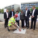 An der Martin-Riesenburger-Straße in Hellersdorf feiert der Projektentwickler Bonava in Anwesenheit von Senatorin Katrin Lompscher und Bezirksbürgermeisterin Dagmar Pohle die Grundsteinlegung für 137 neue Wohnungen.