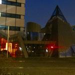 Mitte Dezember: Der Bezirk setzt ein leuchtendes Zeichen für die Kultur in Zeiten von Corona. In den Kulturhäusern wird bis zu ihrer Wiedereröffnung ein von außen sichtbarer Innenraum ab Einbruch der Dunkelheit in rotes Licht getaucht.