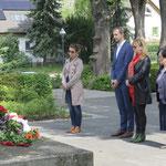 8. Mai: Der Bezirk erinnert an Kriegsende und Befreiung. Auf dem Parkfriedhof Marzahn am Wiesenburger Weg und am sowjetischen Ehrenmal in der Brodauer Straße in Kaulsdorf legen Vertreter des Bezirksamts und des Bezirksparlaments Kränze nieder.