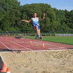 Bei der Leichtathletik-WM der Senioren in Málaga holt die Hellersdorferin Sandra Kramer vom ACB im September Doppel-Gold. Die 40-Jährige dominiert in ihrer Altersklasse den Weit- (5,72 m) und Dreisprung (12,42 m).