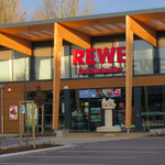6. November: In der Hönower Straße wird der neue Rewe eröffnet. Auf knapp 2.000 Quadratmetern Verkaufsfläche bietet der Markt Platz für mehr als 15.000 Artikel. Es gibt eine Salat- und Sushi-Bar, ein Bistro und verschiedene Bedientheken.