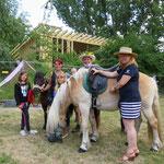 """1. Juli: Für das Mehrzweckgebäude am Abenteuerspielplatz in der Ahrensfelder Chaussee 26 wird Richtfest gefeiert. Nutzerin des grünen Lernorts, den die Kinder """"Villa Akari"""" taufen wollen, ist die Spielplatzinitiative Marzahn."""