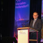 Berlins Regierender Bürgermeister Michael Müller erinnert in seinem Grußwort daran, wie atemberaubend schnell in den Anfangsjahren des Bezirks die Großsiedlung mit ihren mehr als 100.000 Wohnungen entstanden war.