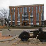 Der Senat beschließt, für die Sanierung des unter Denkmalschutz stehenden alten Rathauses Marzahn (Helene-Weigel-Platz) 22 Millionen Euro aus dem SIWANA-Sondervermögen zur Verfügung zu stellen.