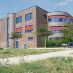 9. Mai: Marzahn-Hellersdorf und die Berliner Stadtwerke schnüren ein Solarpaket. Vereinbart wird die Installation von sieben Photovoltaik-Anlagen auf sechs öffentlichen Gebäuden. Unter anderem bekommt die Kolibri-Grundschule Solarzellen aufs Dach.