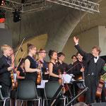 Am Abend sorgen das Jugendsinfonieorchester, ...