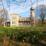 """3. April: Schloss Biesdorf kann von zu Hause aus besichtigt werden. Zur Ausstellung """"Sehnsucht nach dem Jetzt"""" wird ein virtueller Rundgang durch die Räume angeboten. https://sehnsuchtnachdemjetzt.de"""