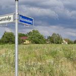 10. Juli: Im Bezirk wird über das Wohnungsbauprojekt der landeseigenen Degewo an der Bisamstraße in Mahlsdorf-Nord gestritten. Anwohner und der CDU-Abgeordnete Mario Czaja kritisieren die Senatspläne, auf dem Areal auch Geschosswohnungen zu errichten.