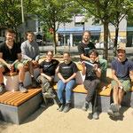 Juli: Studierende der Beuth-Hochschule für Technik Berlin möbeln den Fritz-Lang-Platz in Helle Mitte auf. Die angehenden Landschaftsarchitekten schaffen neue Sitzgelegenheiten aus Beton und Holz.