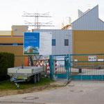 Mittlerweile steht das Gebäude – wie diese Aufnahme zeigt. Das neue Umspannwerk ersetzt die alte Anlage aus den 1970er Jahren und soll dank modernster Technik das Risiko von Stromausfällen verringern. Geplante Inbetriebnahme ist im Frühjahr 2022.