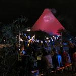 ... Absoluter Hingucker der Open-Air-Events ist Berlins erster Vulkan – eine spektakuläre Installation der Künstlergruppe Plastique Fantastique.