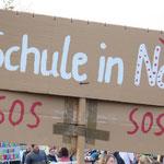 19. Juni: Zum dritten Mal innerhalb von drei Jahren demonstrieren etwa 300 Eltern mit ihren Kindern auf dem Hultschiner Damm gegen die verfehlte Schulplanung der Verwaltung und den Schulplatzmangel in ihrem Wohngebiet.