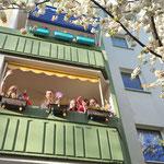 """17./18. April: Diese Aktion sorgt für Gänsehaut und geht um die Welt: Das vom Bezirk veranstaltete zweitägige Open-Air-Corona-Konzert """"Viva Balkonia"""" begeistert Tausende Menschen im Lockdown."""