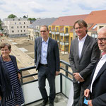 2. Juli: Berlins Regierender Bürgermeister Michael Müller ist zu Gast in Biesdorf, um sich auf dem ehemaligen Gutshof einen Eindruck vom Fortschritt des Wohnungsbauvorhabens der Stadt und Land zu machen und einen Blick in die Häuser zu werfen.