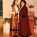 Donna Lucia nimmt Ela unter ihre Fittiche