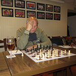 Dieter danach relativ früh mit einigen Sorgen gegen die sehr scharfe Eröffnungswahl von Lars.