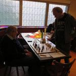 Auch für erfahrene Spieler wie Ralf ist so ein Simultan gegen trainingsfleißige MSVer kein Selbstläufer. Umgekehrt gewann Ralf damals gegen IM Thiede, siehe weiter unten auf dieser Seite!