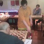 J.-M. Harndt mit 2 Stunden an jedem Brett gegen 8 Gegner mit je einer Stunde auf der Uhr.