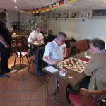 Im Hintergrund Partieanalysen u.a. mit Fotograf Sascha (wie immer mal wieder nicht im Bild!)....