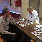 Aber da ist ja noch Ralf! Lars bekommt schließlich einen Stuhl zum kleinen Finale! Ralf schafft es seine vorteilhafte Stellung in einen Sieg zu verwandeln und erzielt den Ehrenpunkt zum 1:14!
