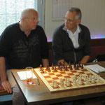 Dieter erklärt Henry u.a.(!) die Vorteile einer Mitgliedschaft in der MSV-Schachabteilung.