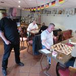 """Bernhard beobachtet einen """"soft"""" blitzenden Schach-Abteilungsleiter."""
