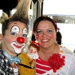 """Clownin Popolina fährt Autobus und schau an, wen sie trifft! Der Kasperl von """"Kasperls-Wanderbühne"""" ist auch da."""
