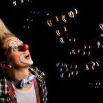 """Clownin Popolina liebt Seifenblasen, ihr Spiegelbild darin und das leise """"Popp"""", wenn sie zerplatzen."""