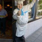Dieser junge Mann lädt uns ein, sein Restaurant zu besuchen. Wir sind in der Innenstadt von Bad Dürrheim.