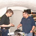 Thomas und Stephan an der Käsetheke