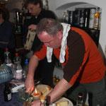 Schöli schafft sich am selbst gebackenen Brot