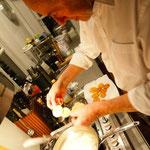 Jochen bereitet Kartoffelchips selbst zu