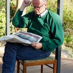 Michel entspannt mit der Zeitung