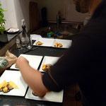 in der Küche bereitet er seine Teller vor