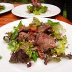 Maiks Hühnchenleber mit Feigen auf Salat