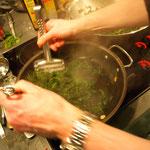 Grünkohl, zuerst blachiert und dann mit Chili und Knoblauch gebraten