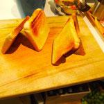 Grischa baut Toast Häuser