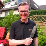 Stefan darf heute einmal  Fabians Messer benutzen
