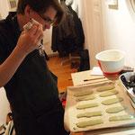 Marcel bereitet nebenbei sein  Dessert Schritt für Schritt zu